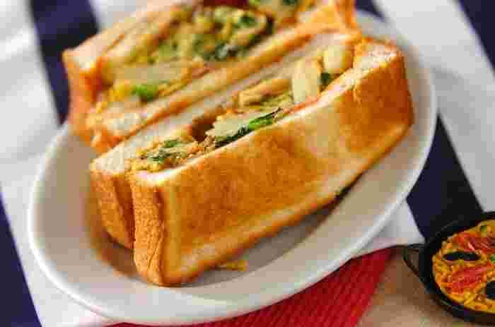 バターとケチャップを塗ったパンに、スペイン風オムレツはぴったり。薄いパンでカリッと作っても美味しいですし、厚めのパンでふんわり感を大切にするのもいいですね。