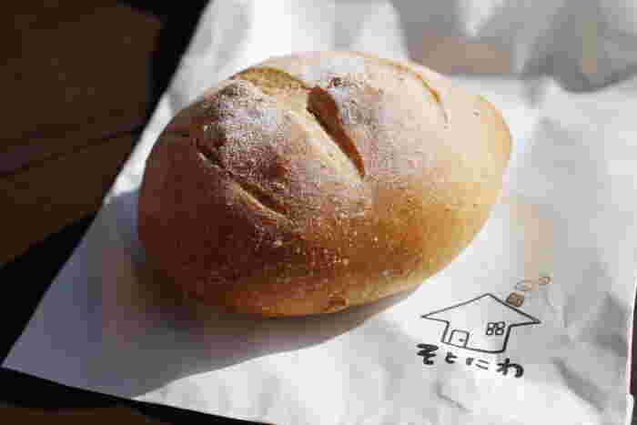 どのパンも数がたくさんあるわけではないので、開店と同時に売り切れてしまう日も多いそう。運よくパンが買えたら、焼きたてをすぐに食べてみたくなりますよね。シンプルながら、素材の味が引き立つパンはどれも絶品。紙袋のイラストもかわいくてなんだかほっこりしますね。