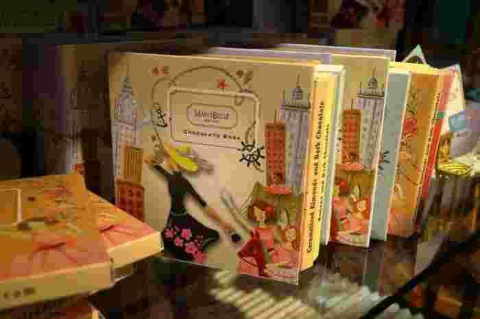 4種のフレーバーのチョコレートバーが入ったブック型ボックスも可愛いですよ。海外の絵本のようなイラストで、食べ終わってからもずっとディスプレイして飾っておきたくなりますね。