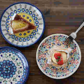 ポーランド製の「ポーリッシュポタリー」の食器は、さまざまな色を使ったカラフルなデザインが特徴。魅力的なのはその柄だけでなく、オーブンや食洗器にも対応の耐久性も嬉しいポイントです。シンプルなお皿をマルチカラーに変えるだけで、ティータイムもディナータイプも、気分がグッと上がりそうですね。