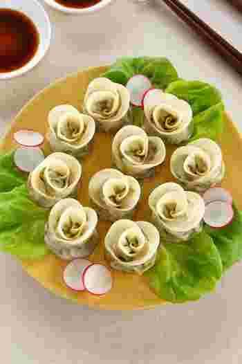 女子が喜ぶバラに見立てたおしゃれ餃子は、食べるのがもったいないくらい可愛くておしゃれですね。 お皿の色や付け合わせも色合いを華やかにすると良いでしょう。