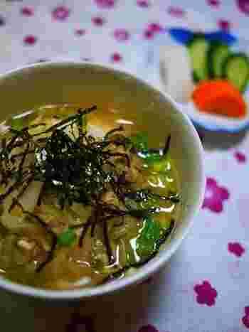 東京下町の郷土料理「深川丼」。「深川めし」はあさりの炊き込みご飯ですが、深川丼はあさりの味噌汁をかけたごはんのことです。食欲のない時でもさらさらと食べられそうですね。あさりは缶詰を使うので手軽にできます。