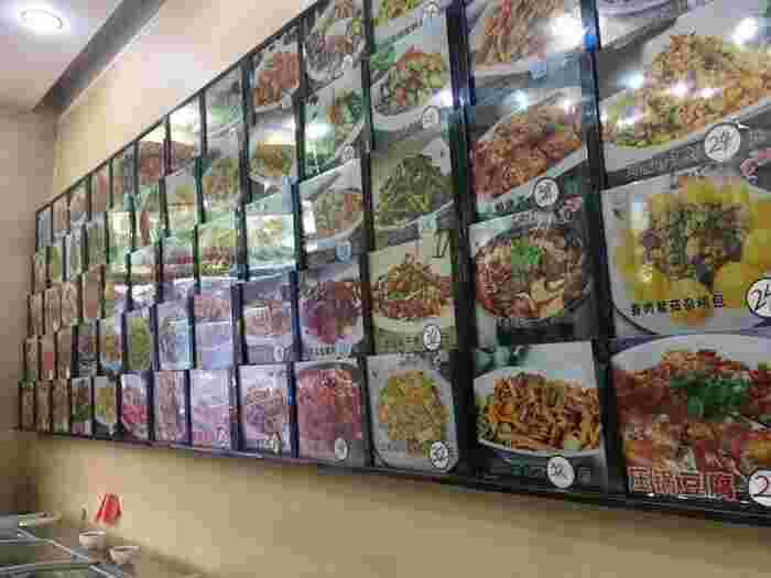 宿泊代に続き驚くのが、食べ物の安さ!日本だったら「お高そうだな…」という感じの店構えのお店でも、高くて1品600円程度。しかも中国は大皿を何人かでシェアして食べるスタイルなので、1品が大きくて量が多いです。何人かでさまざまな料理を食べても、大体1人1000円ほど。値段を気にせず頼めるのも、ハルビンの素敵なところです。