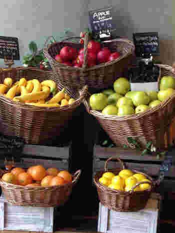 ジュースやスムージーに使われている果物が店内にディスプレイされています。大きなカゴに入ったつややかなフルーツで作るジュースは、想像しただけでフレッシュでヘルシー♪