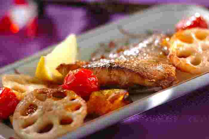 春の魚といえば「桜鯛」。産卵期を直前に控えた桜の季節の鯛のからだはピンク色に染まり「桜鯛」と呼ばれ、珍重されます。写真は、鯛と野菜のオーブン焼き。ちなみに、鯛は秋にも旬があり「紅葉(もみじ)鯛」といわれます。