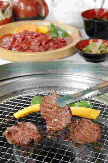 ランチタイムは1,000円前後のメニューが中心で、気軽にお肉を食べたい方にぴったり。「焼肉定食」はタレに漬け込んだカルビとお野菜、ごはんやお味噌汁がついたボリュームのあるメニューです。