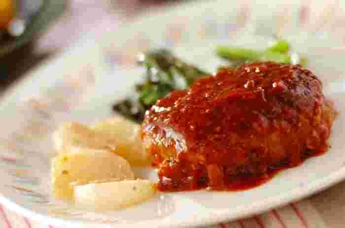 ハンバーグはいくつか大きさを変えて作り、冷凍しておくとお弁当や朝ご飯にも美味しく食べられます。タネを成形したら、きれいに表面をならしてあげると、焼き上げるとき、肉汁が漏れにくくなります。