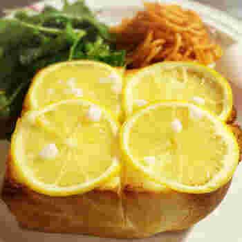 モーニングは、8種類のトーストやホットドッグから選ぶことができます。イチオシはレモンのスライスがまるごと4枚も乗った、「はちみつレモントースト」!甘酸っぱさが眠気を覚ましたい朝にぴったりです。その他、定番の「バタートースト」や、がっつり食べたい時にぴったりな「ピザトースト」「大人のマヨタマトースト」などもおすすめです。
