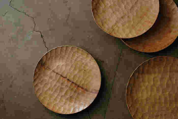 鹿児島県を拠点に、親子3人で器や家具を製作している木工作家の「アキヒロウッドワークス」。こちらは、あたたかみのある自然の木目が美しいウッドプレートです。地元・鹿児島産の木材を使い、ひとつひとつ丁寧に手作業で仕上げられています。