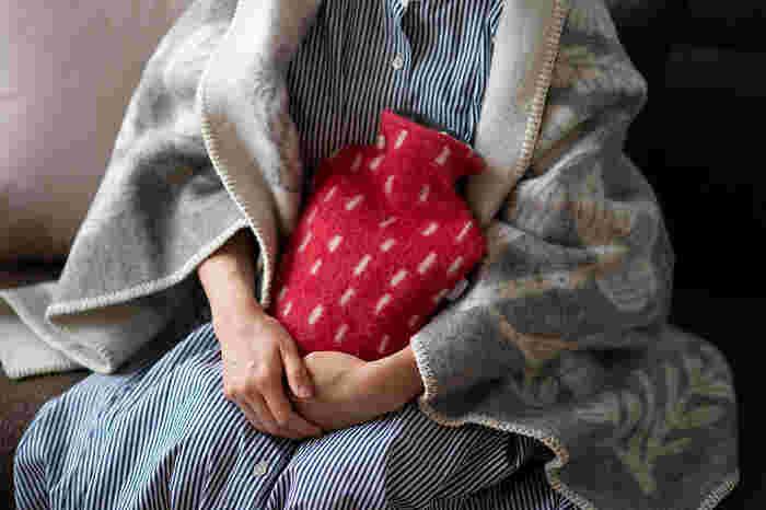 エアコンやホットカーペットも良いけれど、持ち運べてじんわりと温めてくれる湯たんぽは他には代えがたい魅力があります。抱いたり足元に置いたりして、ほっこり温めてくれる湯たんぽを傍に置いてみない?