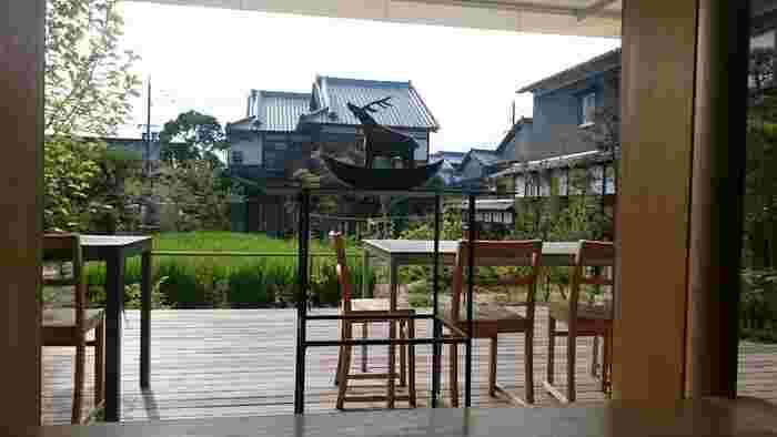 里山を感じる日本らしいのどかな雰囲気とナチュラルモダンでお洒落な雰囲気を両方楽しめる、おすすめのカフェです♪