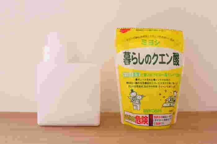 【効果】酸性なのでアルカリ性の汚れを中和させます。お酢の臭いが苦手の場合はクエン酸がおススメ。  ◆中和◆アルカリ性の汚れを落とします。(水垢、石鹸カス、電気ポットなど) ◆消臭◆アルカリ性の臭いを抑えます。(トイレなど)  【使い方】 ①クエン酸水・・水400mlにクエン酸小さじ2を入れて溶かしスプレーボトルに入れます。水回りにスプレーをすると汚れ防止にもなります。 ②ビネガー水・・酢1を水2で薄めます。(使い方はクエン酸水と一緒)