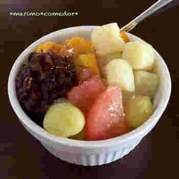 さつまいもとでんぷん粉を使ったレシピです。お好きなフルーツやあんこをトッピングすれば、オリジナルの芋圓の出来上がり。お団子とトッピングのフルーツや餡でボリューム満点。小腹がすいた時の軽食としてもおすすめですよ。