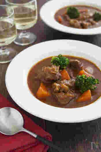 食べ応えのある牛肉が嬉しいビーフシチューも秋冬メニューの定番です。お肉をたっぷりのバターで丁寧に焼き上げることで、スープにコクが生まれ美味しさがいっそう引き立ちます。