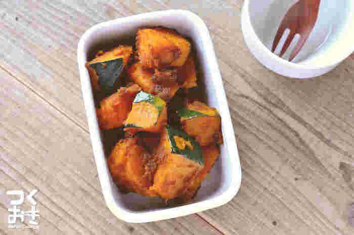 煮物にすることの多いかぼちゃを、デリのようなホットサラダにアレンジ。茹でて粉ふきにしたかぼちゃにバルサミコ酢とオリーブオイルを混ぜると、程よい酸味とコクのある常備菜のできあがり。冷蔵庫で5日程度日持ちするので、前菜やお弁当のおかずに大活躍です。