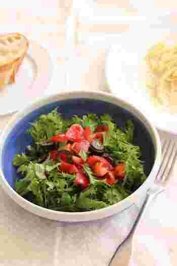 彩り豊かなトマトとオリーブのわさび菜サラダ。オリーブオイルやレモン汁などを合わせたさっぱりドレッシングを、食べる直前に野菜と和えることで、全体に味が広がって、もりもり食べられます♪