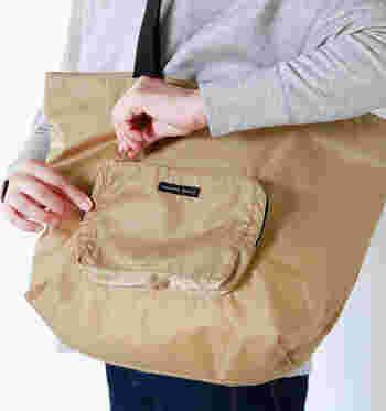 クリーンなデザインのトートバッグ。メインでもサブでも使えるミディアムサイズです。生地から仕上げまで全ての工程を職人が行う『MADE IN JAPAN』のバッグ。デザインがシンプルだからこそ、日本製らしい丁寧なつくりが際立ちます。