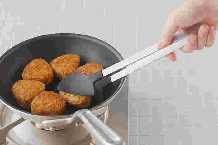 長めの柄に先端でが樹脂素材になっているので炒めものや焼き物などの調理に便利なトングです。先端部分の内側には凹凸があり、食材が滑りにくいように加工されています。