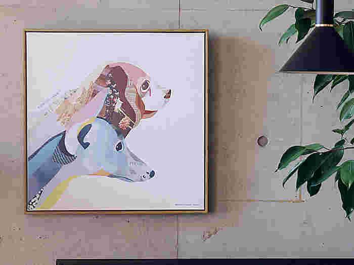 インパクトのある絵画は、一枚飾るだけでお部屋の印象をガラリと変えてくれます。飾る時のポイントは、アートを飾る位置。美術館やギャラリーをイメージしながら、立った時の目線に合わせた高さに調節してみてください。お部屋全体のバランスがよくなり、おしゃれな空間が作れますよ。