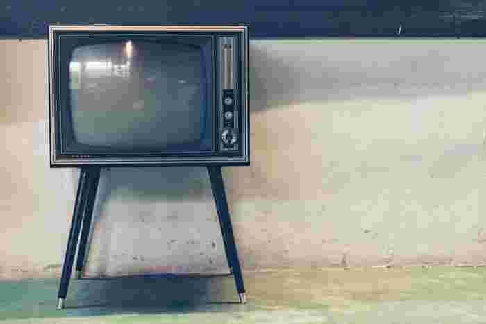"""テレビは娯楽や情報収集として私たちにとって大切な存在。でも、ただなんとなくつけているだけ。そんな時間ありませんか?そんな時はテレビを消して他のことに目を向けてみてください。ちょっとした片付けや、メールの返信など「あとでやろう」と思っていたことをパパっとやるだけで気分もスッキリするものです。テレビを見る時間を少し減らすだけで""""ただ何となく""""の時間が減ってより充実した時間を過ごすことができるはずですよ。"""