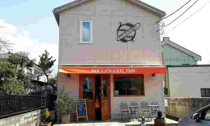 ブーランジェリー パルクは、栃木県の足利市にある人気のパン屋さんです。一軒家タイプの可愛らしい外装とおしゃれな内装は、センスが感じられるアットホームな空間です。