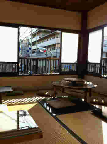 2階に上がると和室の座敷席も!渋いものやモダンなデザインなど様々なテーブルがあり、畳に不思議とマッチしています。外国の方にも人気の席だそう♪
