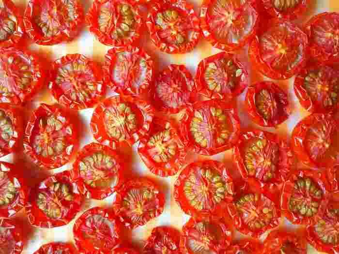 夏の野菜であるトマトを保存食として塩をふって天日干ししたものが「ドライトマト」です。乾燥の程度によってセミドライ、ドライといった区分がされます。ドライトマトは旨味成分のグルタミン酸が凝縮して味わいが増すので、あえて生食ではなくドライトマトを調味料として使うことも多いようです。また更に日持ちを良くする為、オリーブオイルに漬けこんでから使う方法もありますよ。