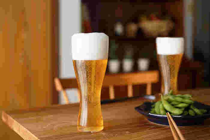 ビールを美味しく飲むための形に作られた ビールグラス「鼓(つづみ)」。名前のとおりに鼓をモチーフとして作られたグラスは、流れるような美しいフォルムも魅力的。くびれの効果で、口元へビールが緩やかに注がれ、より美味しくビールをいただけます。