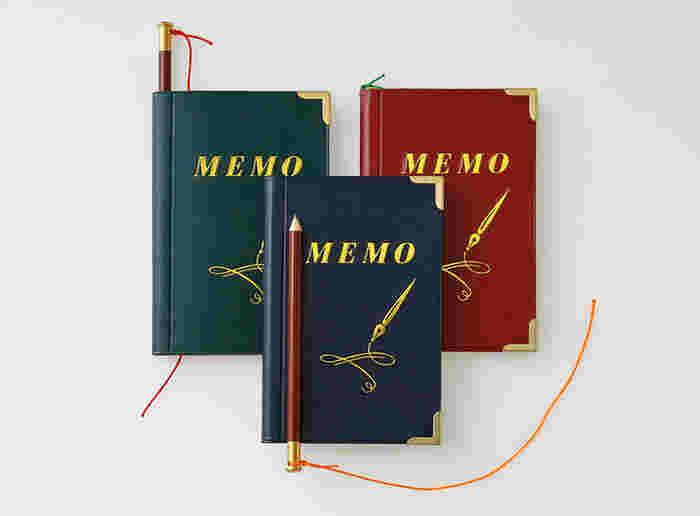 金字のデザインと縁取りが古き良き時代を思わせるメモ帳。細い鉛筆がセットになっています。