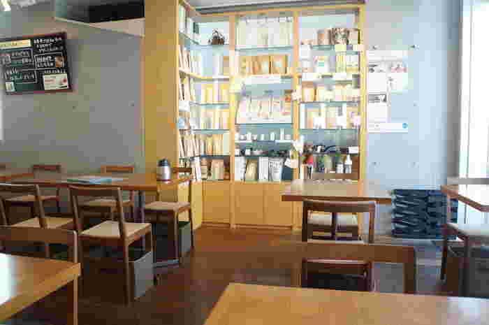 陽の光が差し込む気持ちのよい店内は、木を多く使ったインテリアがやわらかい印象です。お店の奥には茶葉や急須などがディスプレイされていて、購入することもできますよ。