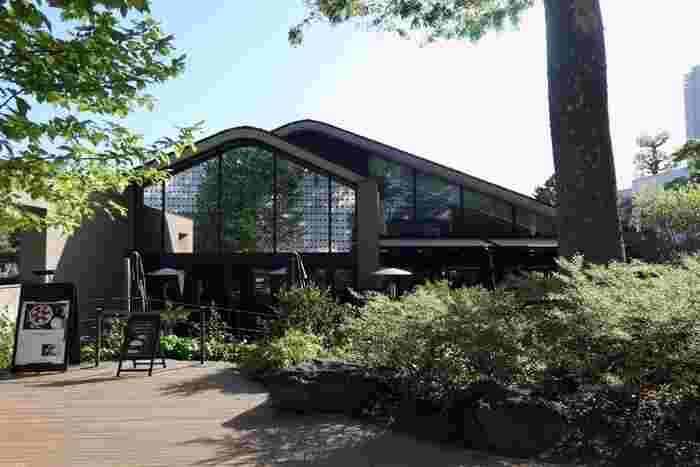 代官山のT-SITE GARDENにある「IVY PLACE(アイヴィープレイス)」は都心には珍しい緑豊かな一軒家レストランです。インテリアデザイナーの長﨑 健一氏が手がけた店内は、アンティーク家具やシャンデリアが落ち着いた雰囲気を演出しています。