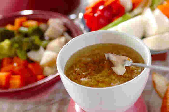 熱々の蒸し野菜を特製のバーニャカウダソースでいただくレシピ。ニンニクとアンチョビの風味で野菜がパクパク進みます。フォンデュポットを使えば、常に熱々の状態でいただけます◎