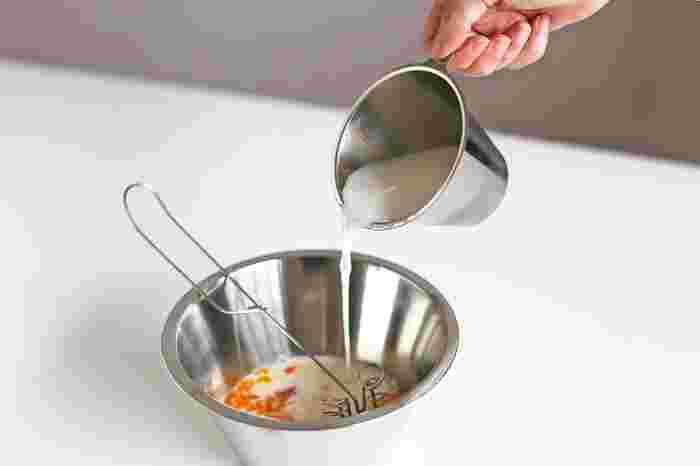 平たく外に作られた縁は、注ぎやすく液だれしにくい。液体を移すのに快適です。