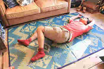"""こんなの見たことなかったと誰もが言ってしまうラグです。 ゴザではなく、ラグなんです! 出発点は""""ソファでも使える畳のデザイン""""だったそう。 特に、夏は涼しげに感じる畳に惹かれる私たち日本人。 しかし、現代様式の住宅では和室もなくなりつつあり、ましてやインテリアに似合う畳がなかなかありません。 「でも、夏は床でゴロ寝したい!」 そんな夢が叶います。  こちらも、福岡の畳工場でしっかりとしたものづくりをされています。 ふわっと舞う香りだって楽しみになりますよ。"""