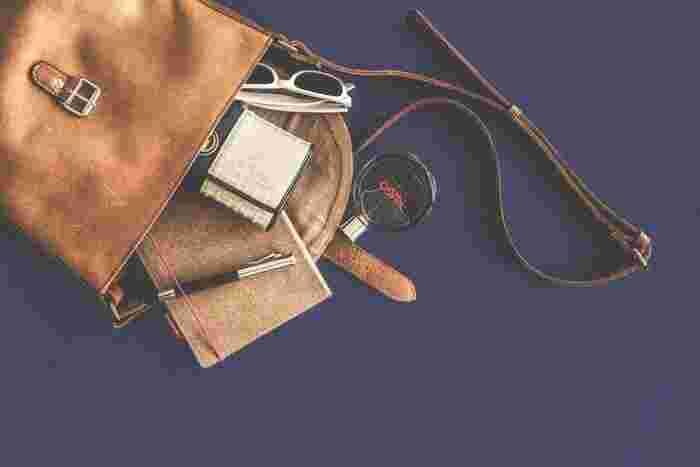 実はバッグの中って、意外と見られていることをご存知ですか?仕事の打ち合わせや買い物でのお会計のときなど、日常生活の中でバッグを開けるタイミングってけっこうありますよね。 そんなときにバッグの中が残念な印象だと、あなた自身の印象も左右されてしまうんです。