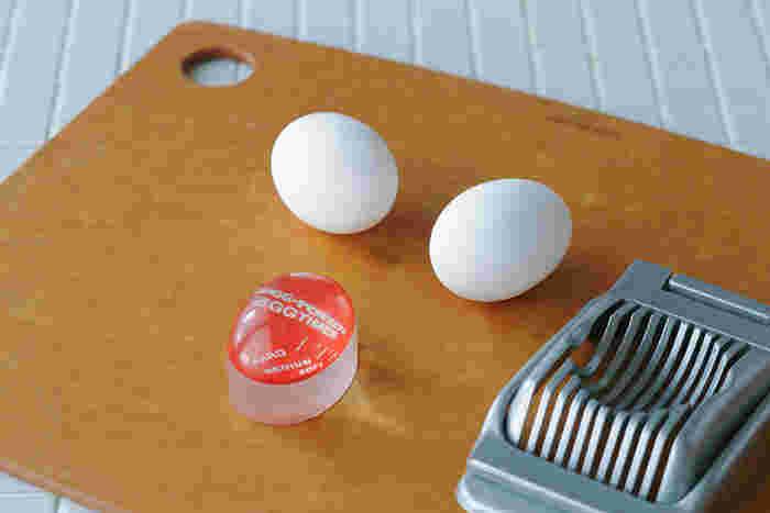 """ゆで卵作りにあると嬉しい""""エッグタイマー""""。失敗知らずで、ゆで卵のゆで加減を知らせてくれるタイマーです。卵そっくりのコロンと丸い形がとても可愛らしく、水の入った鍋に一緒に入れて使います。火にかけると徐々に赤い部分が中心に向かって縮まっていくので、お好みの目盛りの部分で火を留めればOK。目盛りの少し手前で留めるのがコツだそうです。"""