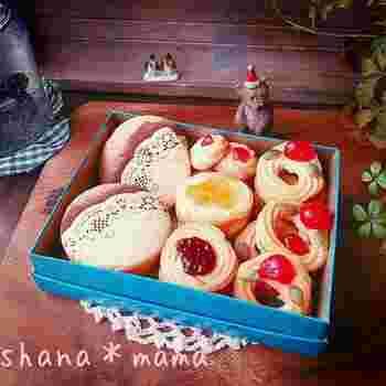ドレンチェリーや、アプリコット&いちごのツヤツヤしたジャムをのせた、昔から愛されている絞り出しクッキー。素朴ですがとてもキュートで、思わず誰かにプレゼントにしたくなります。