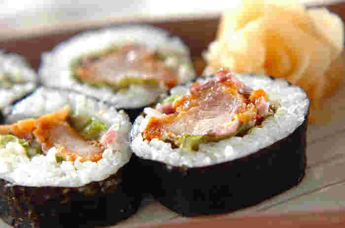冷凍食品の唐揚げや前日の少し残った唐揚げも、海苔とご飯で巻いてしまえば豪華な太巻きに大変身!食べ応えもあるのでお弁当にも◎