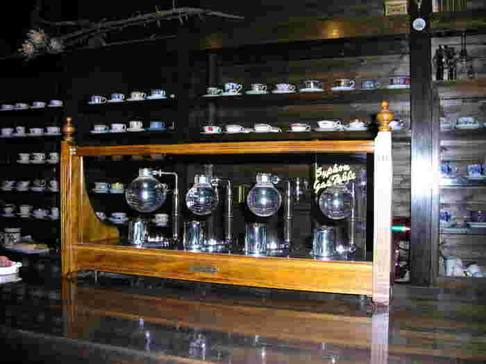熱田神宮などにほど近い名古屋市瑞穂区にある「珈琲人(こいびと)」は、サイフォンコーヒーと、一つ一つ違うカップが魅力の喫茶店です。どのカップが来るかはお楽しみ。オーナーのこだわりを強く感じるお店は、コーヒー好きにはたまらない空間ですよ。
