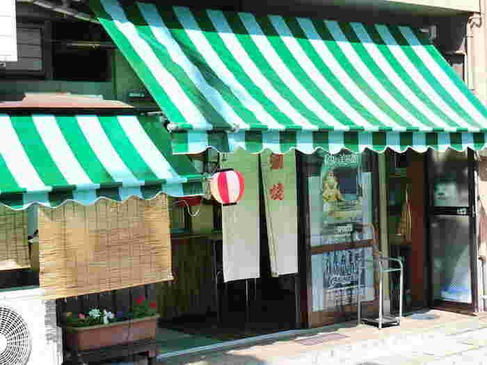 食後のデザートには、レトロなたい焼き屋さんはいかがでしょう! 鳥取駅近くの商店街にある「らっぱや大谷商店」では、1つ1つ個別の型に入れて焼くたい焼きが味わえます。 お値段も100円と、とってもリーズナブル!