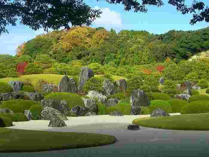"""借景の山々と庭園との調和が見事な、足立美術館の主庭である""""枯山水""""。"""