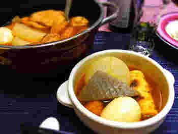 ダシダとコチュジャンを使った赤いスープの韓国風おでん。大根などの具に辛いスープがしみ込んで、晩酌の一品にもなるあったかいお料理です。