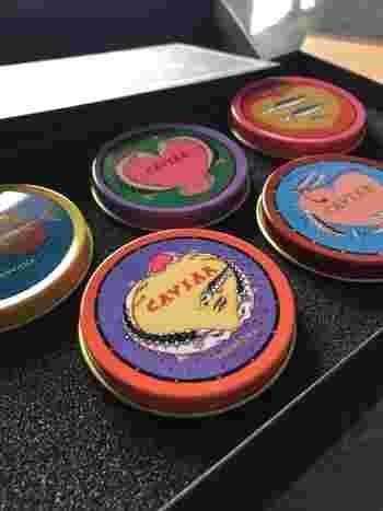 キャビアをイメージした小さな粒上のチョコレートが詰まったキャビア缶。 缶のデザインもキャビアにちなんでチョウザメのイラストが描かれています。 そのままでも、ホットミルクなどに溶かしても美味しくいただけます。 公式通販は、下記リンクからどうぞ。