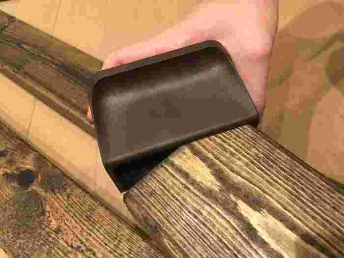 ディアウォール本体に2×4材をはめこみます。これだけで柱が簡単に作れます。天井側のパッドに内臓されたスプリングで、突っ張り棒と同じ原理なんですよ。