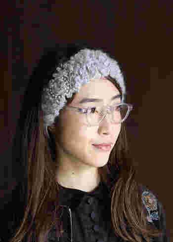 寝坊した朝に大助かりのヘアバンドには、モード感たっぷりの透明な眼鏡もすんなり似合います◎