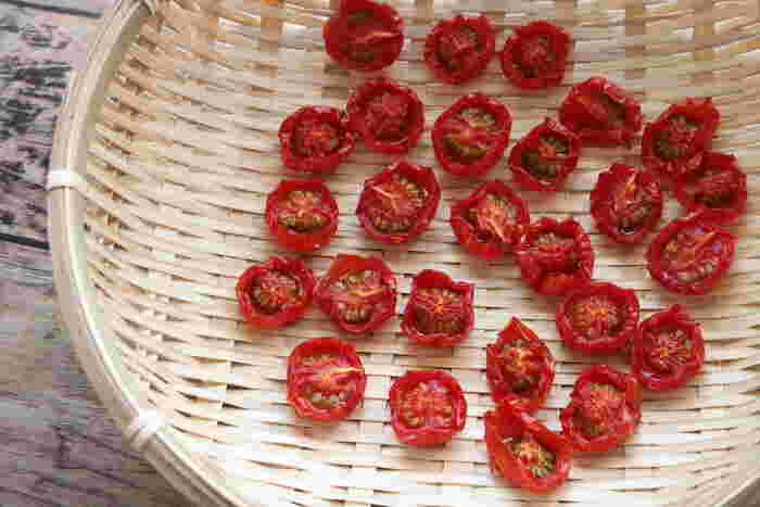 セミドライにするには約4~5日干して置きましょう。果肉が目立たなくなったらちょうどいい干し具合です。1週間も干せばカリカリに!