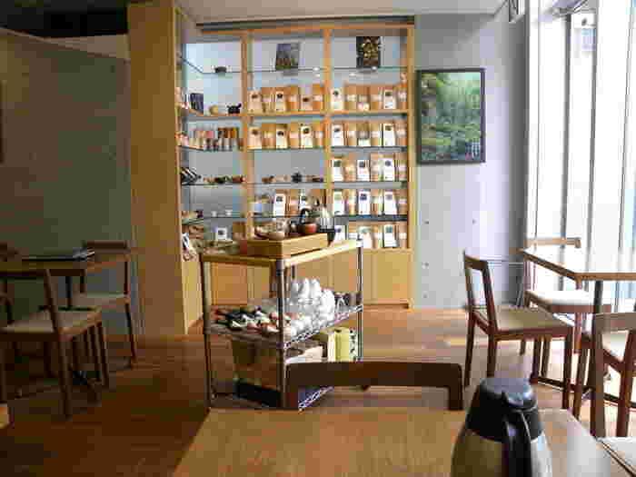 店内に入ると明るく開放的な空間が広がります。棚には販売されている茶葉が並んでおり、全体的にカフェのような雰囲気です。