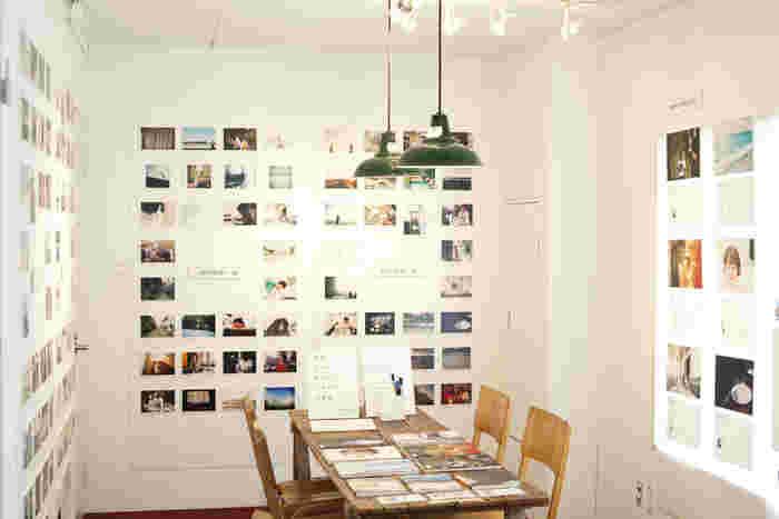 2Fの「ギャラリー」では、写真や絵画等ジャンルを問わず様々なアート作品を展示している。時期によって展示内容が変わるため、訪れる際には開催予定を確認しよう。