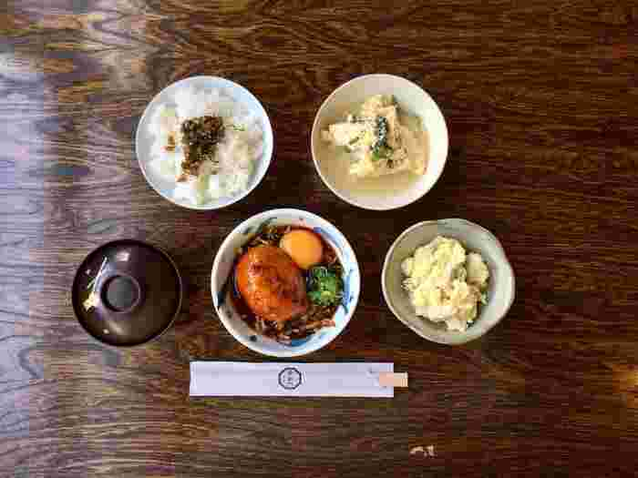 手間を惜しまずに作られた料理は、どれも薄味で食べ飽きないと評判。ランチなら、主菜・副菜・味噌汁・ご飯の「おまかせ定食」、「食堂カレー」がオススメです。