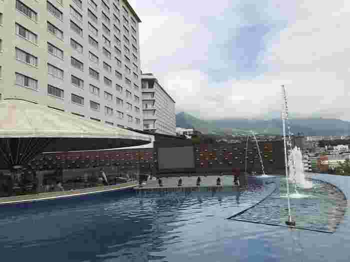 大分の温泉宿といえば、真っ先に名前が挙がるのがここ杉乃井ホテル。高台に位置する温泉リゾートホテルで、日本最大級の大展望露天風呂「棚湯」をはじめ、温泉プール、ボーリング場やゲームセンターなど、ホテル全体がテーマパークみたい!家族旅行におすすめです。